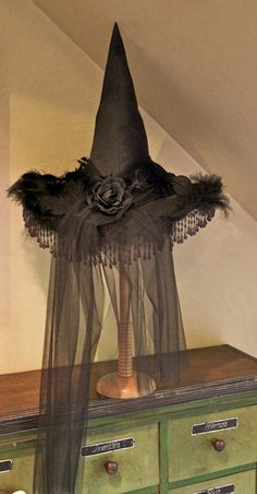Halloween Decorating Tutorial i need to make some witch hat holders this year to display all my hats on the mantle. Retro Halloween, Entree Halloween, Casa Halloween, Theme Halloween, Halloween Witch Hat, Vintage Halloween Decorations, Halloween Projects, Holidays Halloween, Halloween Costumes