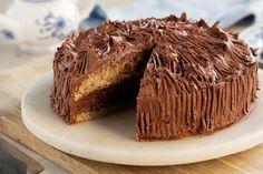 Tropisk aroma er en krydret sjokoladekake med syndig god kaffekrem. Kaken blir enda bedre når den får stå litt. Passer like godt til hverdags som til fest. Kos, Muffin, Food And Drink, Store, Breakfast, Cake, Morning Coffee, Larger, Kuchen