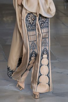 Pei at Couture Fall 2018 Guo Pei Fall 2018 Couture. Despite the obvious, good ideas hereGuo Pei Fall 2018 Couture. Despite the obvious, good ideas here Look Fashion, Fashion Details, Fashion Art, High Fashion, Fashion Show, Fashion Outfits, Womens Fashion, Fashion Tips, Fashion Design