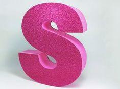 Aprende a hacer estas letras de cartón decoradas con goma eva. ¿Ya sabes dónde la vas a poner?