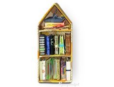 Papiergemetzel: Ein Wochenendhaus für die FrühlingsMailArt Bookcase, Home Decor, Paper, Weekend House, Map Art, Hanging Wallpaper, Homemade Home Decor, Decoration Home, Book Stands