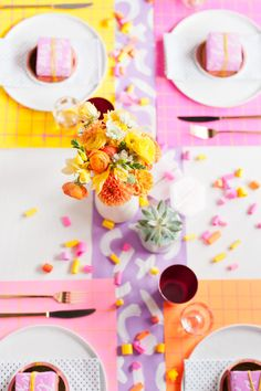 5 DIY Ways to Add Color to Your Dining Table on a Budget. Entertaining on the cheap. A colorful tablescape. party and event ideas. - Diy for Home Decor Thanksgiving Celebration, Thanksgiving Tablescapes, Diy Party Decorations, Decoration Table, Table Set Up, A Table, Weekend Crafts, Colorful Party, Party Entertainment
