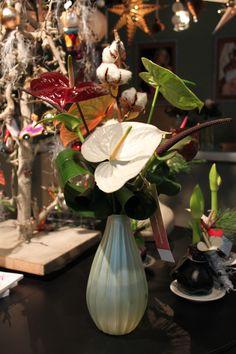 Een winters boeket met natuurlijke tinten anthuriums, gedecoreerd met een bolletjes van katoen