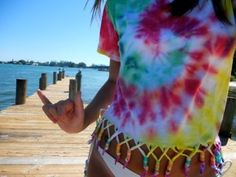 must do this to old tye dye shirts.i may or may not be obsessed with tye dye. Hippie Accessoires, Diy Fashion, Ideias Fashion, Hipster Fashion, Teen Fashion, Ty Dye, How To Tie Dye, Do It Yourself Fashion, Diy Shirt