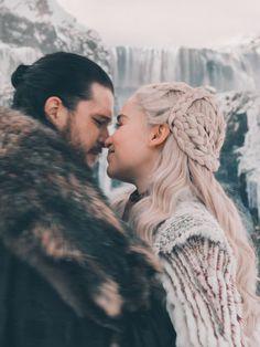 Game of thrones-Daenerys Targaryen and Jon Snow Daenerys Game Of Thrones, Arte Game Of Thrones, Game Of Thrones Poster, Game Of Thrones Facts, Game Of Throne Daenerys, Game Of Thrones Funny, Game Of Thrones Quotes, Emilia Clarke Daenerys Targaryen, Jon Snow And Daenerys