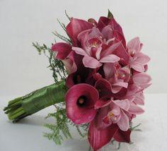 Buquê espiral de callas rosé e orquídeas cymbidium.