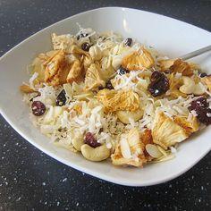 Fürdie wichtigste Mahlzeit des Tages – das Frühstück – haben wir leckere Zutaten mit wertvollen Inhaltsstoffen zusammengemischt. So bringen Sie Pfiff und vor allem neue Geschmacksrichtungen auf Ihren Frühstückstisch!    Rezept ausdruckenZutaten50  g Mandelsplitter 50 g Bio-Kokosflakes 50 g Cashew-Nüsse 50 g getrocknete Cranberries 50 g getrocknete Ananas 50  g Reisflocken ZubereitungSchwierigkeit: einfachZeitaufwand: 15 Min.Zubereitung:Kategorie: Snacks & DessertReisflocken wie gewohnt ...
