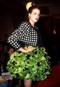 Printemps-été 1988 En 1987, Christian Lacroix décide de créer sa propre maison de couture. A 36 ans, le couturier qui a fait ses armes chez Jean Patou invente une première collection printemps-été 1988 inspirée par la Camargue.