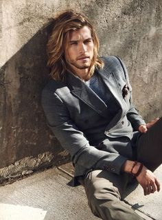 TOO LONG Men with thick wavy hair often find it difficult to manage their manes. A full head of hair can be hard to tame, resulting in unwanted hairstyles and numerous bad hair days. With the right hairstyle, thick wavy hair can be managed more easily. Man Bun, Mode Masculine, Hair And Beard Styles, Mens Long Hair Styles, Haircuts For Men, Hairstyles Men, Bridal Hairstyles, Short Haircuts, Gorgeous Men