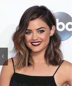 Lucy hale omuz hizası saç modelleri, dalgalı saçlara sahip kadınların yapabilecekleri saçlarının ahenkle dans edebileceği saç kesim modellerinden.