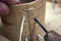 How to make a birch bark container - Step by step article Birch Bark Crafts, Wood Crafts, Wood Projects, Craft Projects, Craft Ideas, Birch Bark Baskets, Basket Crafts, Nativity Crafts, Pine Needles