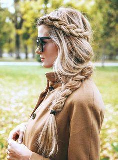 mujer de cabello largo con trenza de lado