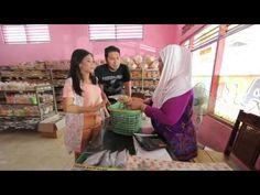 Marsya & Shinta membeli oleh-oleh di Ardial Banyuwangi
