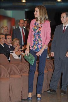 Letizia speaks at the National Scientific Congress for Mucopolysaccharidosis (MPS) Navy Heels, Estilo Real, Pink Cardigan, Queen Letizia, Cardigan Fashion, Navy Pants, Office Fashion, Royal Fashion, Floral Blouse