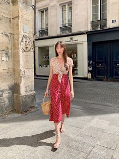 How to get the effortless, casual chic French girl style: Parisian style tips, French wardrobe essentials, and capsule wardrobe guides! 1940s Fashion Dresses, Sixties Fashion, Vintage Style Dresses, Dress Vintage, French Style Dresses, Fashion Outfits, Fashion Tips, Fashion Trends, Parisian Summer