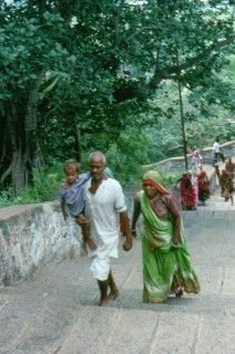 Junio 1988. Peregrinos subiendo a un templo de Tamil Nadu.
