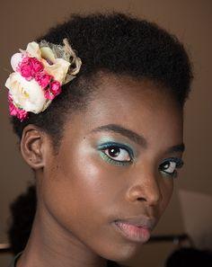 Se inspire na beleza da passarela de Diane Von Furstenberg, feita pela top maquiadora Pat McGrath. O make colorido inspirado na era disco combina perfeitamente com a pele impecável e o arranjo de flores no cabelo.