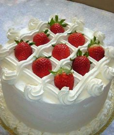 Easy Solutions To Common Cake Decorating Mistakes Cake Decorating Techniques, Cake Decorating Tips, Cake Decorating Frosting, Cake Cookies, Cupcake Cakes, Super Torte, Decoration Patisserie, Strawberry Cakes, Strawberry Cake Decorations