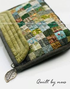 Patchwork tote bag sewing tutorial using charmpacks Japanese Patchwork, Patchwork Bags, Quilted Bag, Pouch Bag, Pouches, Tote Bag, Purse Patterns, Fabric Bags, Hand Quilting