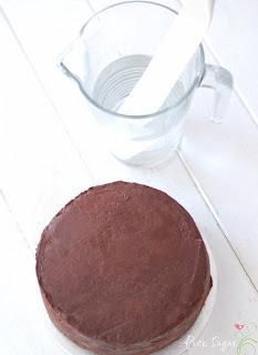 GANACHE - eine Torte fondanttauglich machen - Paperblog Pancakes, Breakfast, Pink, Baking, Tractor Cakes, Ganache Recipe, Breakfast Cafe, Pancake, Hot Pink