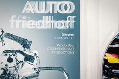 """""""Autofriedhof"""" ist eine akustische Lautspiegelung des Schrottplatzes. Im Kurzfilm wird die Sprachlandschaft vom Autofriedhof verspielt in Szene gesetzt. Die Protagonisten nehmen die Lautgestaltung vom Autofriedhof in sich auf und versetzen sich in die Rolle der Autos. Die Autowracks sind dabei Kunst, Kultur und Kulisse. Autofriedhof ist eine kreative Interpretation der Sprachwahrnehmung auf dem Schrottplatz. http://julia-schell.de/bewerbung/projekte-frei-08.html"""