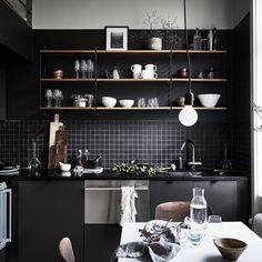 ¿Qué tal unas cajas de fruta de madera y una estantería String en la misma habitación? mezclar elementos de diseño original y otros low cost en la decoración, hace tiempo que es tendencia. La mezcl…
