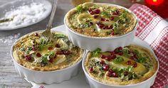 Söta små grönkålspajer med brieost och valnötter passar bra att bjuda på i adventstider. Festligt och gott!