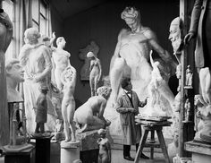 Among the sculptures of Carl Eldhs studio shows a full scale model in plaster of August Strindberg. This skuptur was later erected in bronze in Tegnérlunden year 1942.------Bland skulpturerna i Carl Eldhs ateljé syns en fullskalemodell i gips av August Strindberg. Denna skuptur kom senare att resas i brons i Tegnérlunden år 1942.