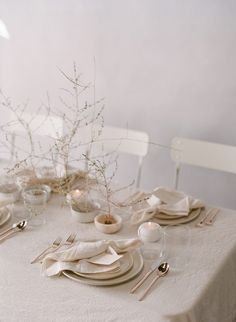 60 Extraordinary Winter Table Decoration You Can Make. Whether it be wedding table settings, black tie or prom, how to dress a table is an important detail to get right and it needn't cost you the e. Wedding Table Decorations, Wedding Table Settings, White Table Settings, Table Wedding, Decor Wedding, Table Centerpieces, Table Setting Inspiration, Romantic Wedding Inspiration, Romantic Wedding Flowers