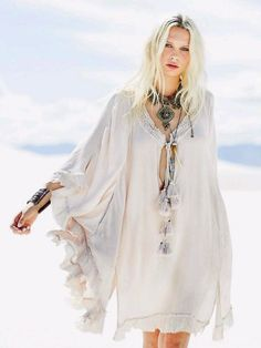 Spring Boho outfits means cozy, chic & comfy spring & summer dresses. If you love boho dresses, then these Spring & summer outfits are your best bet! Boho Gypsy, Bohemian Mode, Bohemian Style, Bohemian Fashion, Modern Hippie Fashion, Dark Bohemian, Gypsy Chic, Bohemian Beach, Beach Fashion