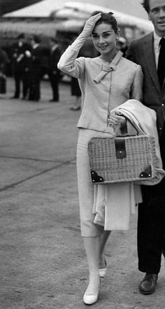 Audrey and Mel arriving at London Airport (now Heathrow) in 1956 for a private viewing in London of War and Peace.* Audrey and Mel arriving at London Airport (now Heathrow) in 1956 for a private viewing in London of War and Peace. Audrey Hepburn Inspired, Audrey Hepburn Photos, Audrey Hepburn Style, Audrey Hepburn Fashion, Hollywood Icons, Hollywood Actor, Classic Hollywood, Old Hollywood, Retro Fashion
