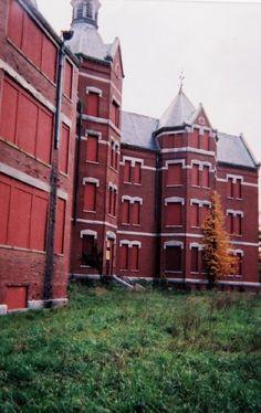 Danvers State Hospital, Massachusetts. 1878-1992 Abandoned Asylums, Abandoned Buildings, Abandoned Places, Mental Asylum, Psychiatric Hospital, Abandoned Hospital, Spooky Places, Hospital Design, Places Around The World