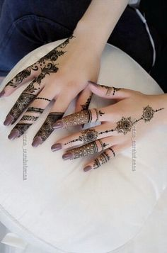 simple mehndi designs | i like the one on the left hand
