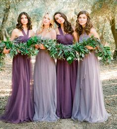 Damas de honor vestidas con diferentes colores