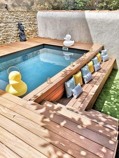 Do you have an outdoor pool and dream of a swimming pool? Laure, interior designer of Nostra Secrets d'Intérieur took up the challenge in this course, without access, in the city center. Above-ground swimming pool with cumaru exotic wood beach. Small Swimming Pools, Small Backyard Pools, Backyard Patio Designs, Small Pools, Swimming Pools Backyard, Swimming Pool Designs, Outdoor Pool, Backyard Landscaping, Outdoor Decor