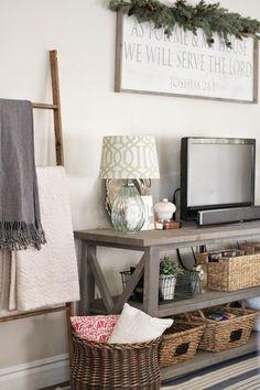 こんなコンソールテーブルもテレビ台になります。カゴを使った収納やグリーンを置くことでナチュラル感を出して、テレビの硬質な雰囲気を和らげています。