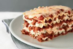 Discover the only lasagna recipe you'll ever need! Watch our video to learn how to make this meaty, cheesy, crowd-pleasing Simply Lasagna Recipe tonight. Kraft Foods, Kraft Recipes, Simply Lasagna, How To Make Lasagna, Making Lasagna, Lasagne Recipes, Beef Recipes, Cooking Recipes, What's Cooking
