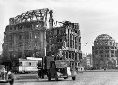 """Der Potsdamer Platz in Trümmern - Im Zweiten Weltkrieg wurde der Potsdamer Platz fast vollständig zerstört. Nur das Weinhaus Huth und die Ruine des Hotels Esplanade standen 1945 noch. Nach Kriegsende wurde der Potsdamer Platz zunächst zum """"Dreiländereck"""" zwischen dem sowjetischen, dem britischen und dem amerikanischen Sektor. Am 21. August 1948 wurde der Grenzverlauf zwischen dem sowjetischen Sektor und den angrenzenden Westsektoren erstmals mit einem Strich auf dem Asphalt markiert."""