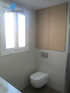 Este baño reformado cuenta con un inodoro suspendido. Mucho #estilo. #reformas #aseos #Barcelona #bathroom