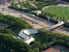 Le célèbre architecte Frank Gehry nous propose de découvrir une de ses dernières créations avec le BP Bridge proche du Pavillon de la musique Pritzker situé dans le Millennium Park à Chicago.