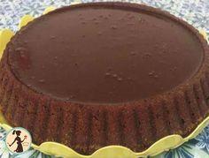 Torta Lindt è una torta facile, si tratta di una base morbida, tipo pandispagna, al cioccolato ricoperto da una glassa al cioccolato.