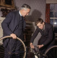 Prime Minister Harold Wilson helps his son Robin fix his bike at Harold Wilson, British Prime Ministers, Politicians, Swings, Great Britain, Pipes, Famous People, Robin, Folk