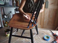 Appliquez le vernis au pinceau (sans trop le charger) dans le sens des veines du bois. #DIY #Bricolage