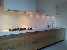 Corian gecombineerd met geplankt eiken van www.jpwalker.nl Kitchen Furniture, Kitchen Decor, Kitchen Design, Beach House Kitchens, Home Kitchens, Deco Paris, Modern Kitchen Interiors, Cocinas Kitchen, Small Space Kitchen
