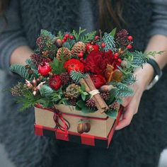In this DIY tutorial, we will show you how to make Christmas decorations for your home. The video consists of 23 Christmas craft ideas. Christmas Flower Arrangements, Christmas Flowers, Christmas Centerpieces, Xmas Decorations, All Things Christmas, Christmas Time, Floral Arrangements, Christmas Wreaths, Christmas Crafts