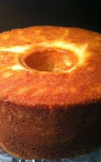 """Old-fashioned Sour Cream Pound Cake: A pinner wrote, """"a lady gave my Mother this recipe in 1953 and it has been a family favorite ever since. You can serve it with caramel dunking sauce, with some fresh berries, or just plain by itself. Just Desserts, Delicious Desserts, Dessert Recipes, Recipes Dinner, Food Cakes, Cupcake Cakes, Cupcakes, Simply Yummy, Bunt Cakes"""