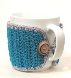 Taza con funda en crochet.