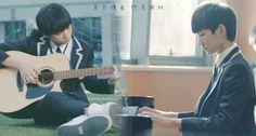 Trong hình ảnh có thể có: 1 người, đang ngồi và đàn ghi ta