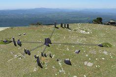 Estrutura de pedra próxima ao penhasco