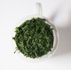 Why is green tea green? Asian Tea, Chinese Greens, Types Of Tea, Seaweed Salad, Bright Green, Tea Time, Goodies, Ethnic Recipes, Food